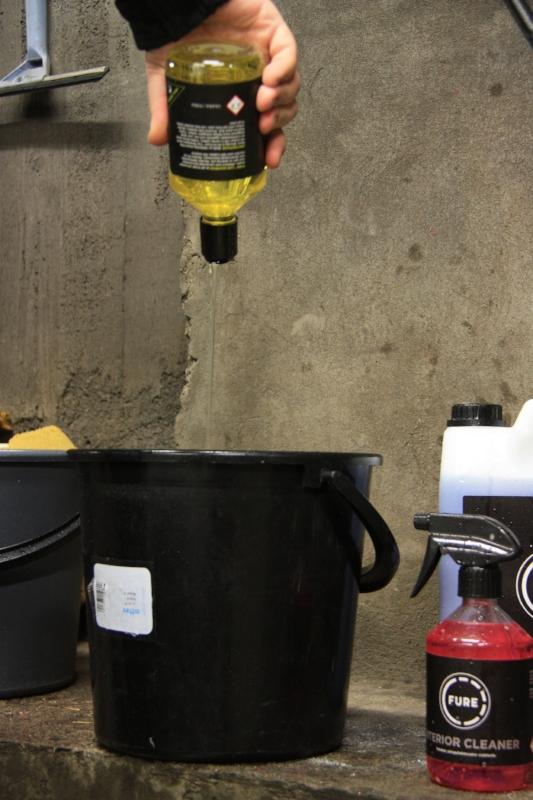 Shampoopullossa on kätevä avattava kaatonokka jolla ainetta on helppo annostella.