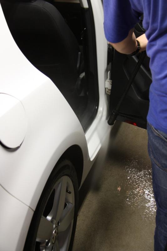 Meidän tapauksessa kahteen kokeneeseen veljeen kerkeää käymään kokonaan pienehkön auton läpi jonka jälkeen huuhtelu ovien välit mukaan lukien.