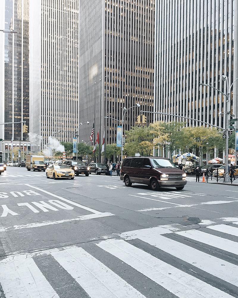 Người ta gọi đây là Avenue of Americas thay vì Đại lộ số 6.