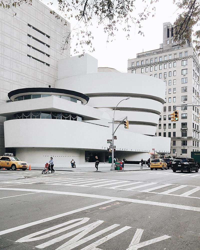 Bạn có biết đây là bảo tàng nổi tiếng nào không? - Đó là Solomon R. Guggenheim.