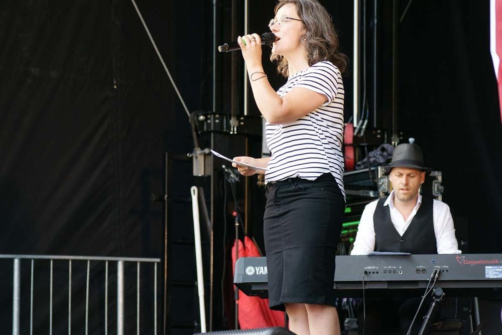 Heidi Bisgaard leder fællessang.