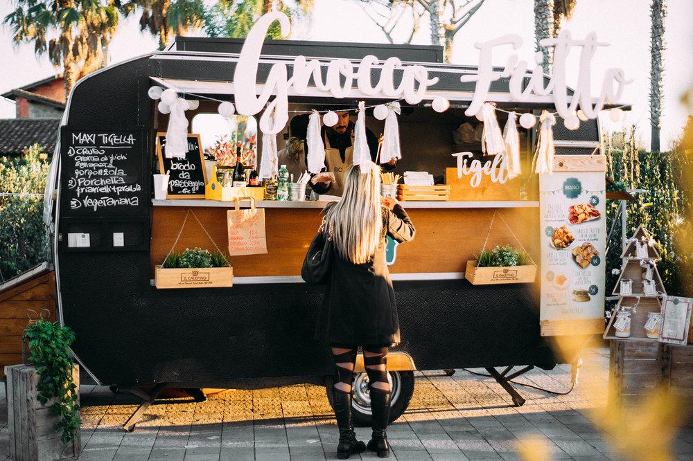 FOOD TRUCK - Qualcuno diceva che il buon cibo è alla base della felicità.Di sicuro è più facile immaginare di passare una bella giornata quando c'è qualcosa di gustoso da mangiare.Il Wave Market ama circondarsi di partner che abbiano fatto della genuinità e del made in Italy la loro filosofia…anche quando si tratta di arte culinaria.Hai un food truck e vorresti partecipare alla prossima edizione del Wave Market? Fatti conoscere compilando il modulo sottostante.Wave Market seleziona con estrema attenzione ogni candidatura. La selezione avviene secondo criteri di qualità e sintonia con l'identità dell'evento.