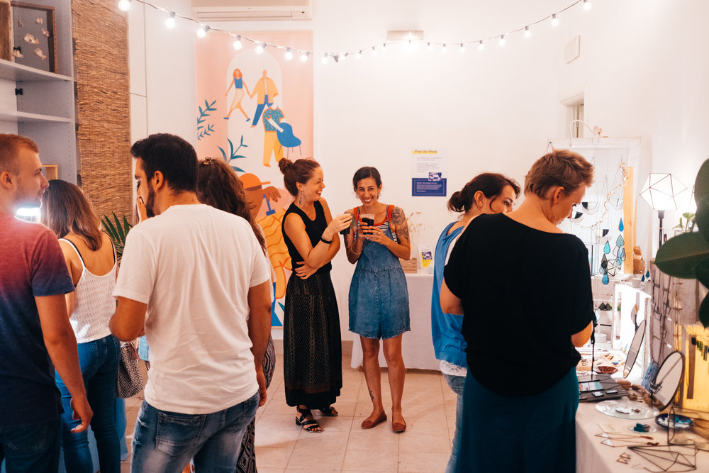 WAVE POP UP SHOP - Il Pop Up Shop è una finestra iterante di Wave Market all'interno di altre realtà, affini alle sue missioni e filosofia. Un piccolo corner girandolone che propone un off dei contenuti Wave Market.