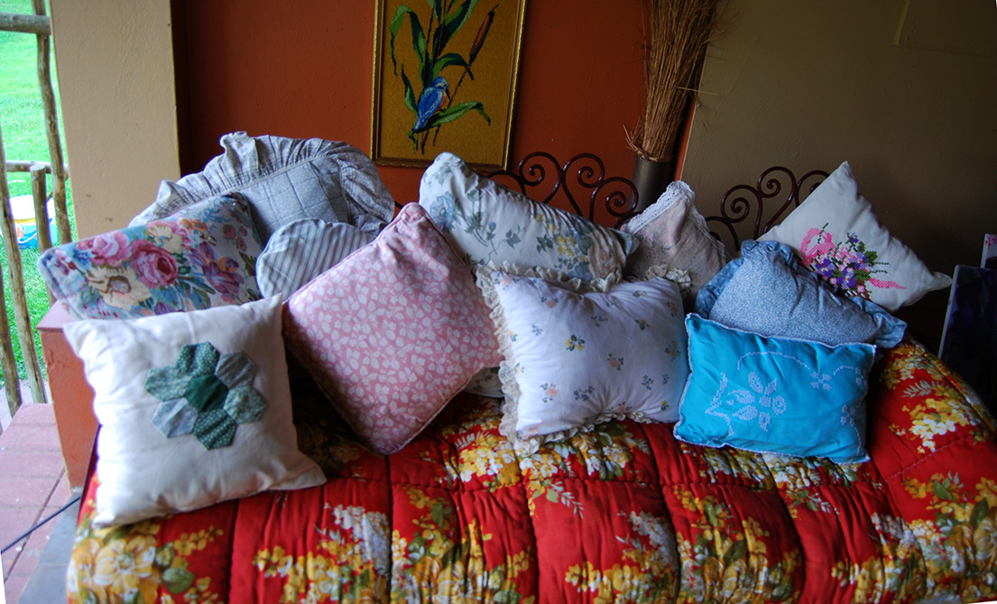 Day_Bed_Vintage_Cushions