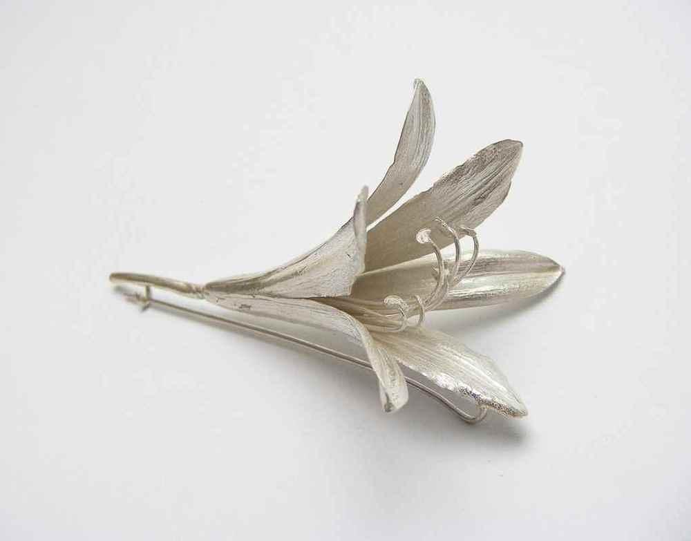Agapanthus brooch NBBOO1.jpg