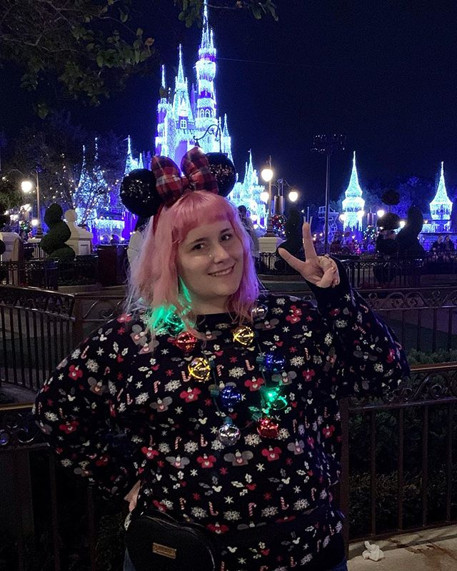 See ya real soon! 👋🏻 I'm so happy we got to do the Christmas party this time and see all the holiday decor — I love how the castle looks with glowy icicle lights! I feel festive AF 🎄🎁🔔