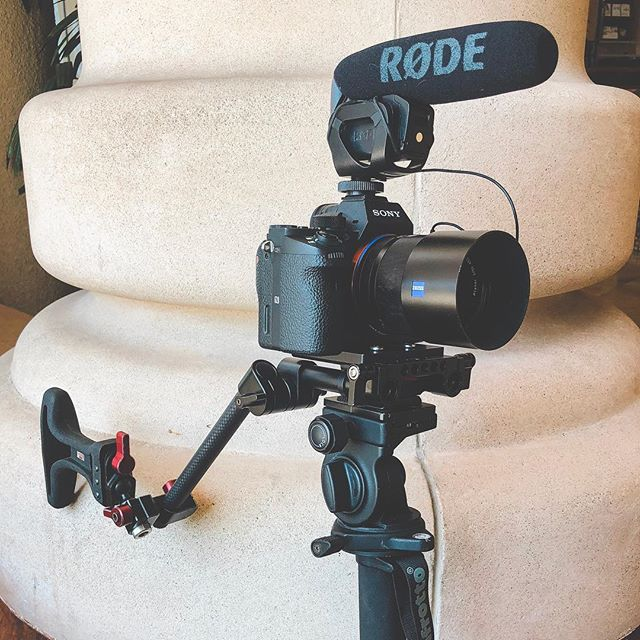 Dug into the spare parts drawer the other day and put together this low profile run and gun rig. - - - - - #visitsacramento #createcommune #sacramento #sacramentoproud #behindthescenes #filmgear #videoproduction #sonyalpha #onset #onsetlife #onset🎥🎬 #makingof #yourschoolyourview #weddingvideography #cameragear #mymikescamera #artofvisuals #createcommune #zeiss #filmmaking