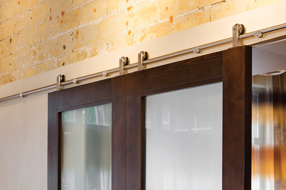 STELLA RESTAURANT: SLIDING DOOR DETAIL