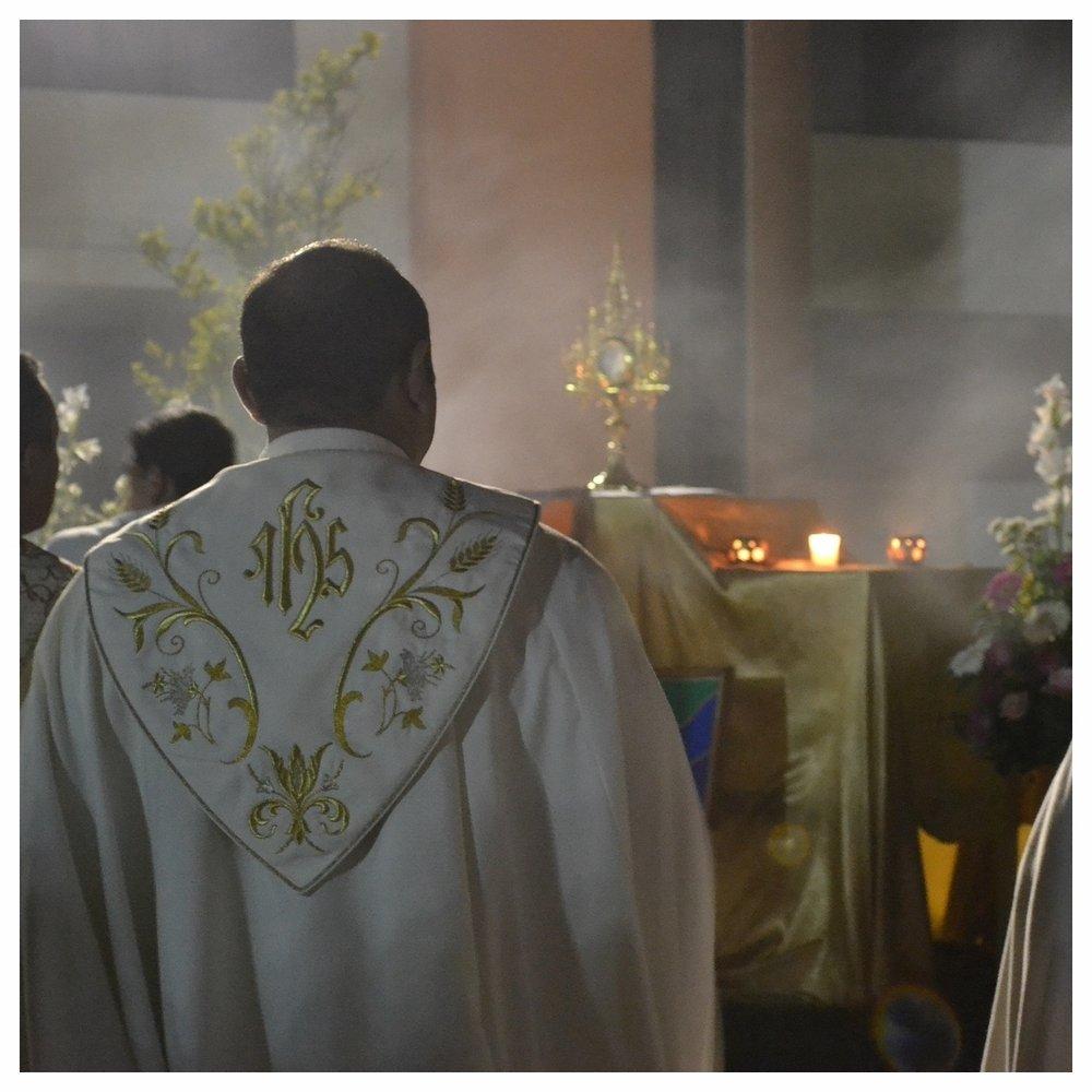 priest-873855_1920.jpg