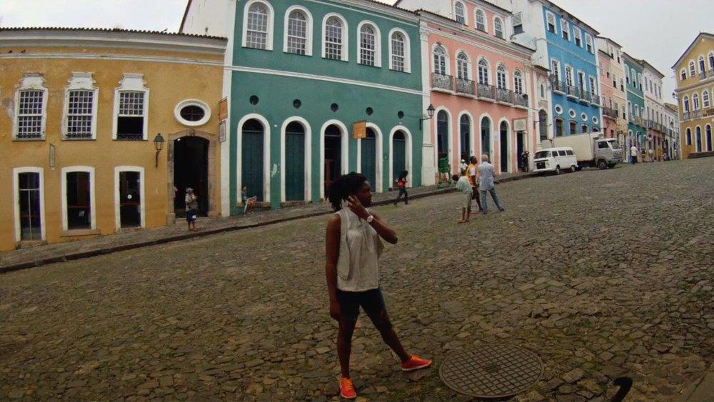 AYEOLA LA DANSE DES COULEURS Un film de Jonathan Drumeaux / Documentaire / 7 min / Guadeloupe Portrait d'une artiste peintre d'origine guadeloupéenne vivant à Salvador (Brésil). Elle raconte comment ses émotions et sa sensibilité pour les couleurs du ciel l'ont amenée naturellement vers la peinture. Danseuse depuis son plus jeune âge, Ayeola révèle l'étroite liaison entre mouvements colorés et rythmes musicaux qui ne font qu'un art.
