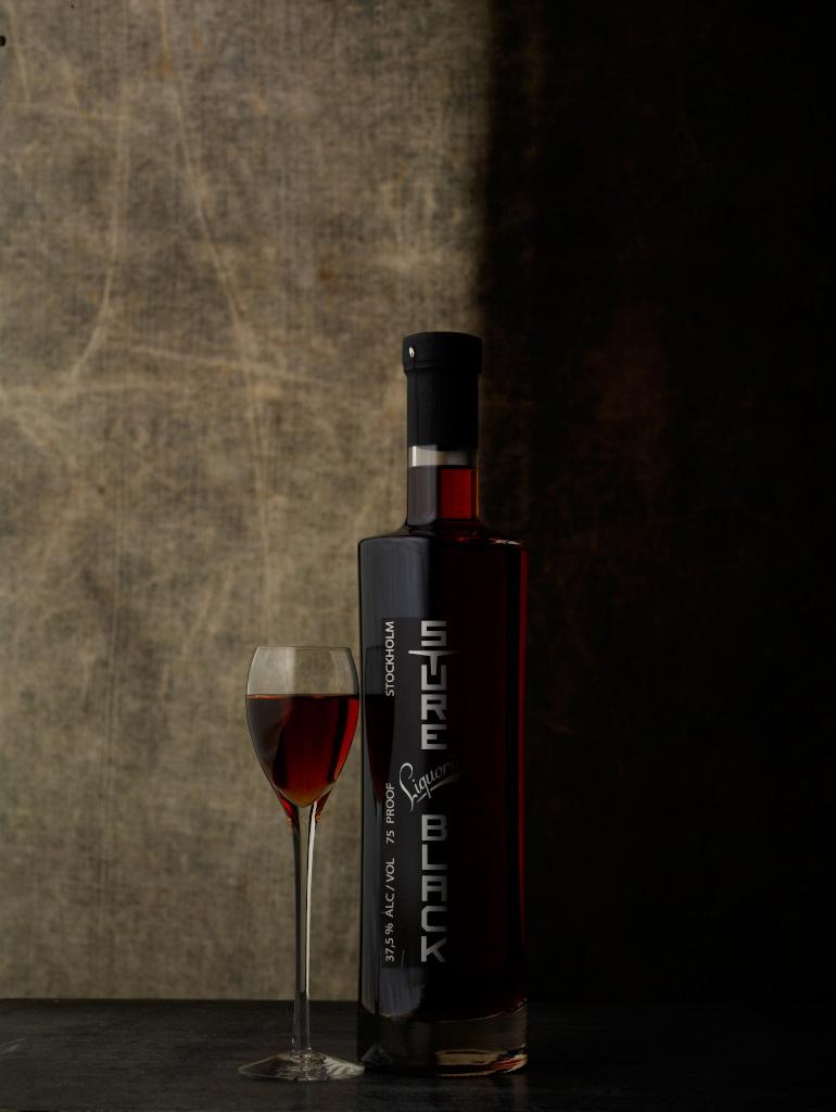 Bild tre, flaskan belyst med ett lamphuvud utan reflektor genom en diffusionsskärm 3'x6'.