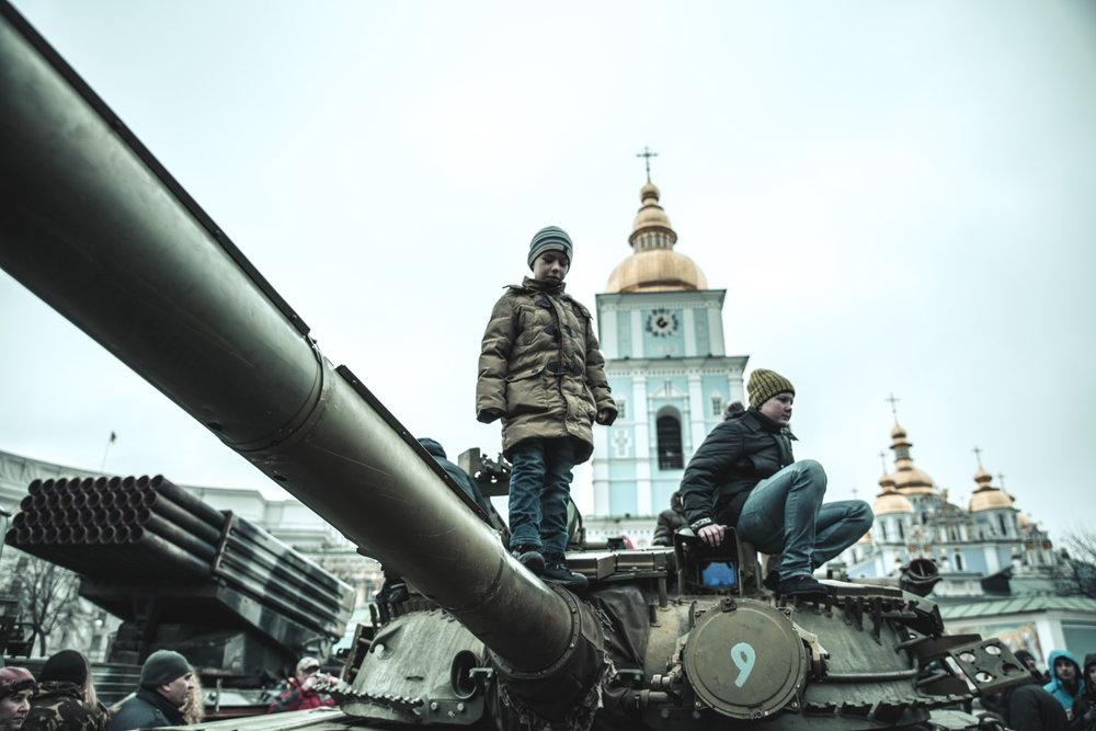 © Sam Asaert - Ukrainian Children on a Russian Tank