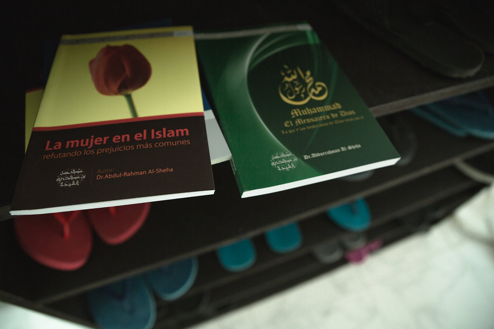 Spanish Islamic literature, written and printed in Saudi Arabia, distributed in Mexico.