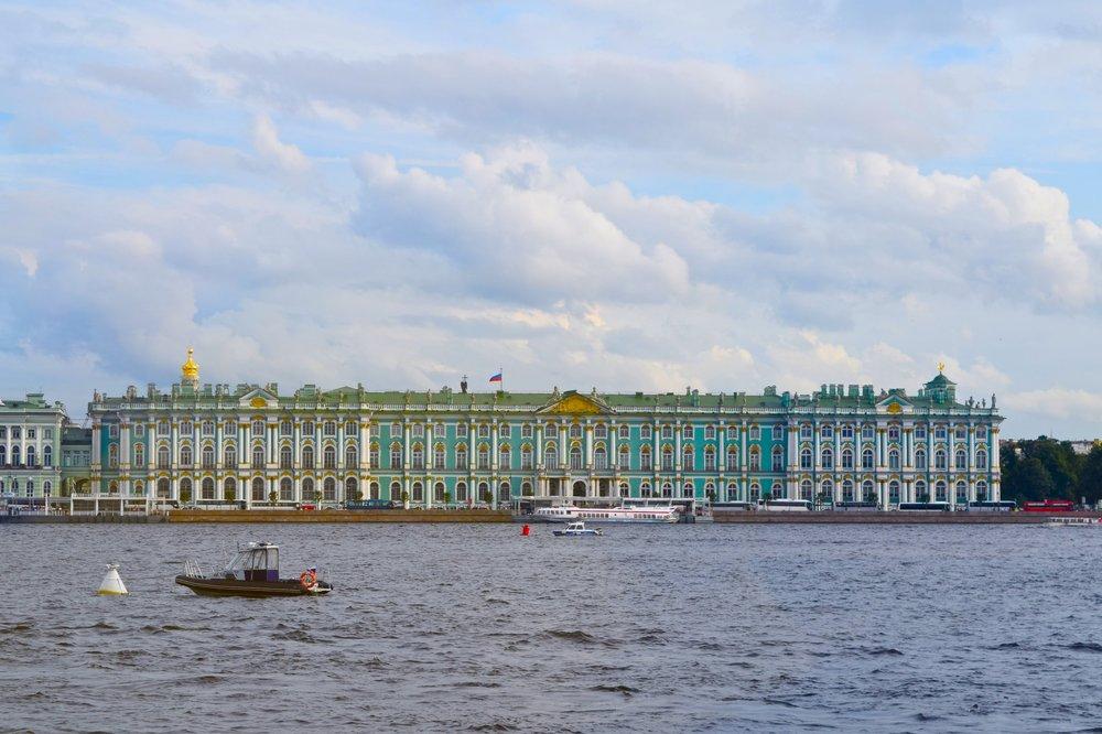 Museo del Hermitage & Palacio de Invierno desde el río Neva
