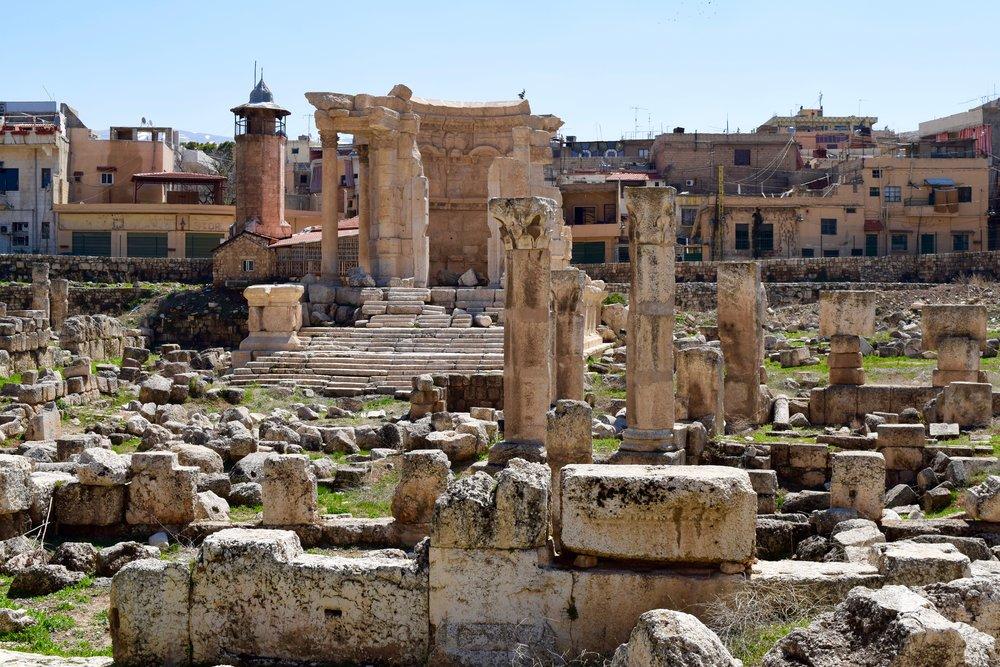 Ruinas junto a la ciudad moderna de Baalbek