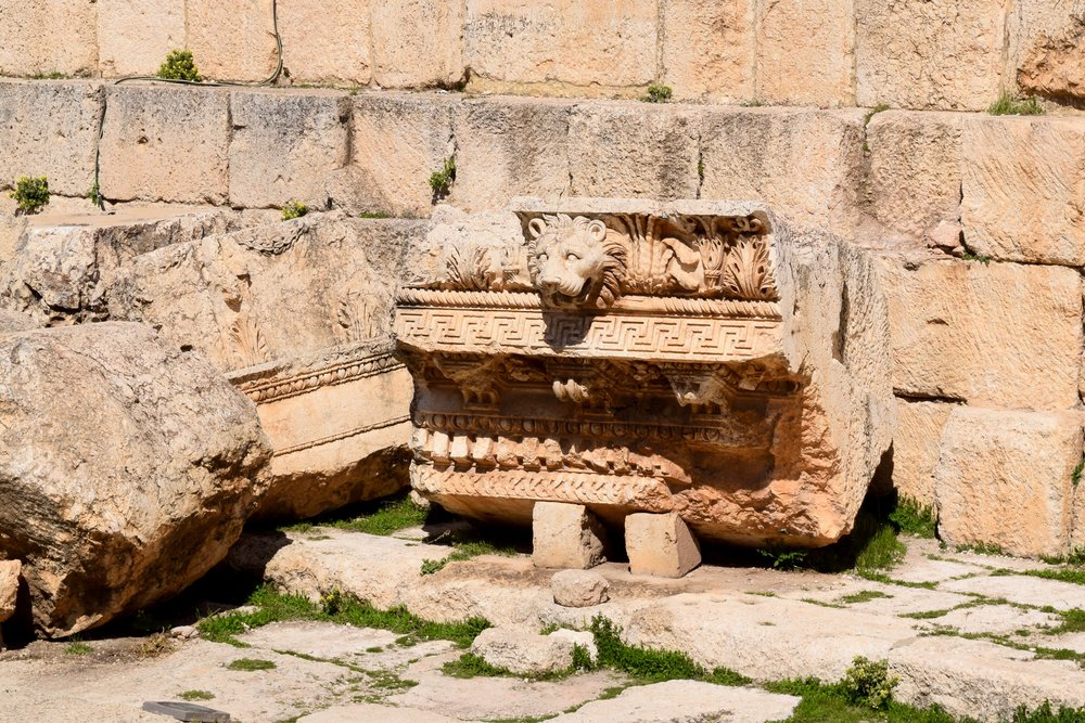 Piedra decorada con la cabeza de un león