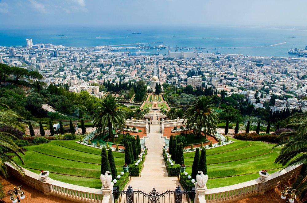 Vistas deHaifa y el puerto desde lo alto de los jardines