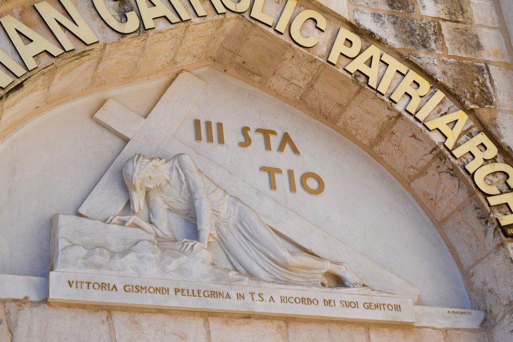 Tercera estación  de la cruz