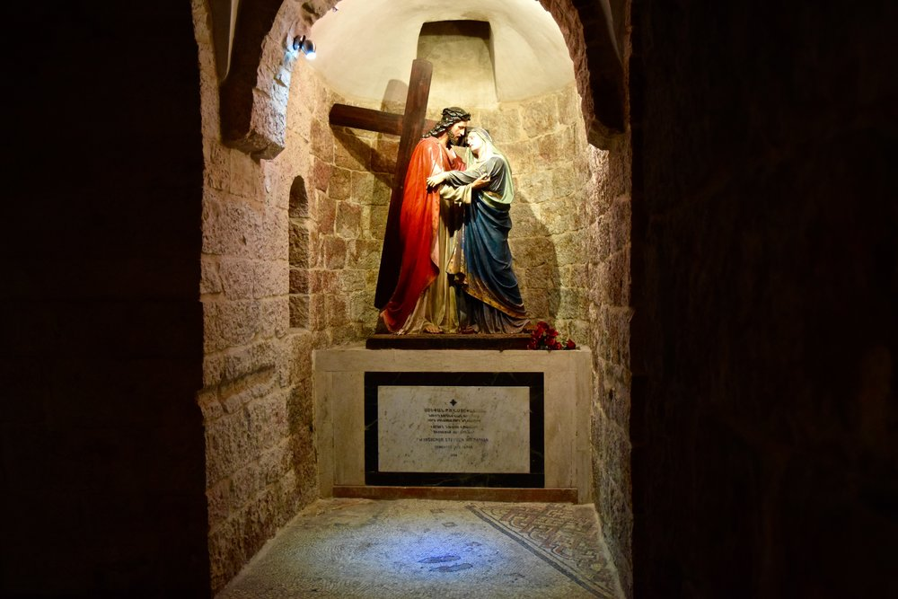 Representación  de Jesús encontrándose a su  madre  y mosaico  de  un par  de sandalias