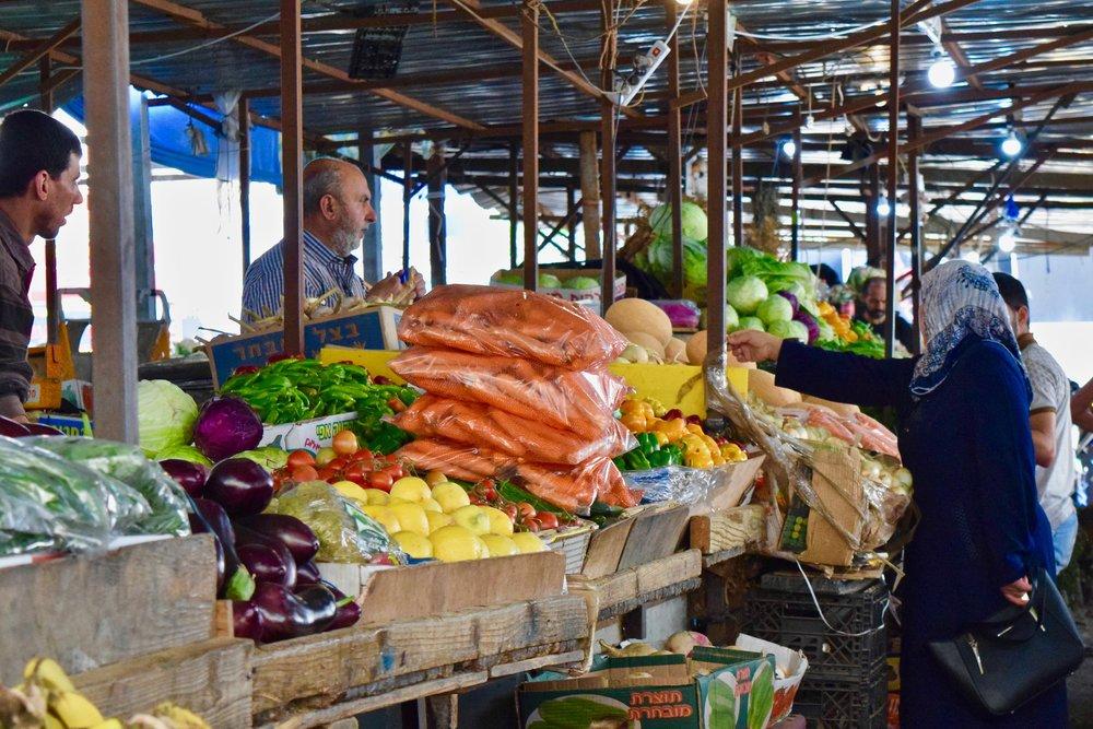 Palestinos locales en el mercado