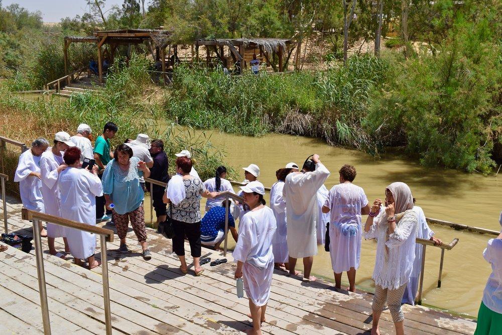 Peregrinos esperando a ser bautizados