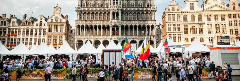 La Grand Place di Bruxelles durante l'annuale belgian beer weekend, il festival della birra che si svolge a settembre