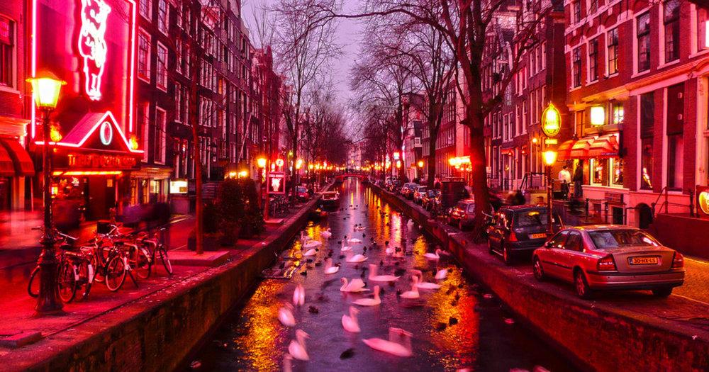 Quartiere a Luci rosse - Che segreti nasconde il quartiere piu' famoso di Amsterdam?La prostituzione è legale nel paese? Lo è sempre stata? Com'è la relazione tra le lavoratrici sessuali e gli abitanti del quartiere? Quanto viene sfruttato economicamente il sesso in Amsterdam?Amsterdamè davvero una cittè senza limiti alla libertà?Scopri tutto questo e molto altro in un tour divertente e senza tabu', dove ognuno puo' dire la sua e dove non c'è spazio per la vergogna!!Suggeriamo di fare il tour di notte per una visita migliore della zona.