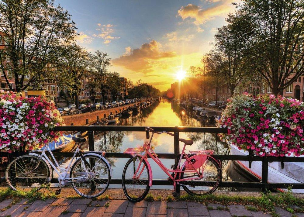 Amsterdam in bicicletta - Vuoi sentirti davvero come un amsterdammer?Allora esplora la città con il mezzo di trasporto piu popolare dei Pasi Bassi!Qui le bici, la fanno da padrone nelle strade e scopri con noi il perché.Goditi un tour panoramico e rilassante di questa città fatta per le due ruote!!Il tour include l'affitto della biciclettaE come si dice... L'hai voluta la bicicletta? Ora pedala!!
