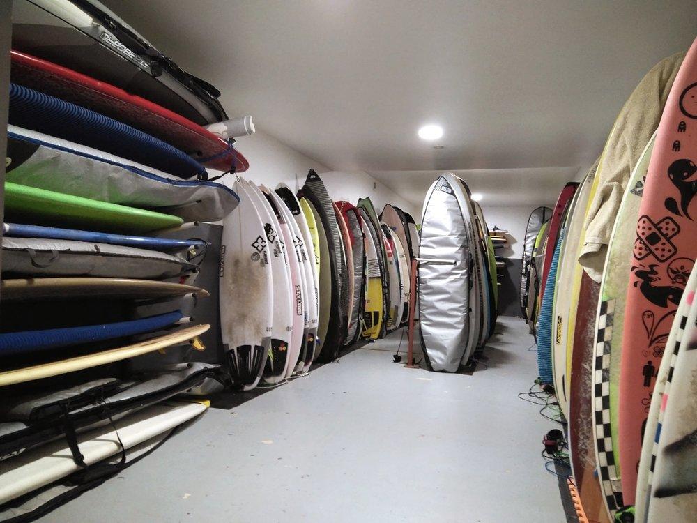 TAULAK GORDETZEKO GELA   Utzi zure surf quiver-a gurekin. Taulak ziur eta zenbaki bidez ezinhobeto antolatuak egongo dira.