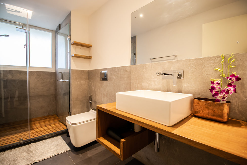 Modern and equipped bathroom with sink.