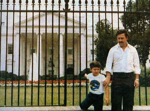Aquí con su hijo, riéndose un poco de los yankis