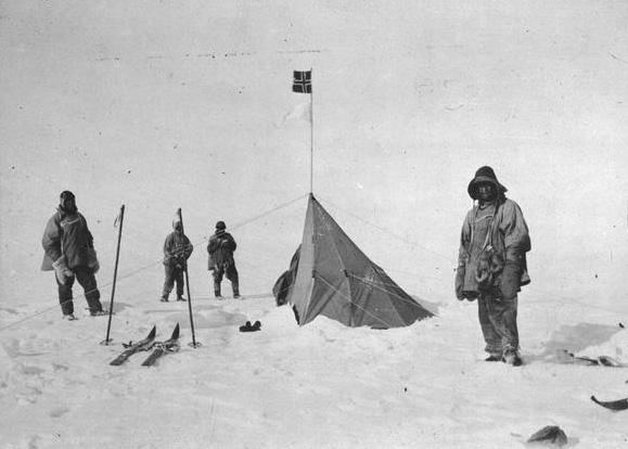 El grupo junto a la bandera noruega de Amundsen