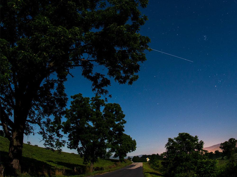 Foto de la NASA en donde se aprecia el paso de la ISS (el haz de luz)