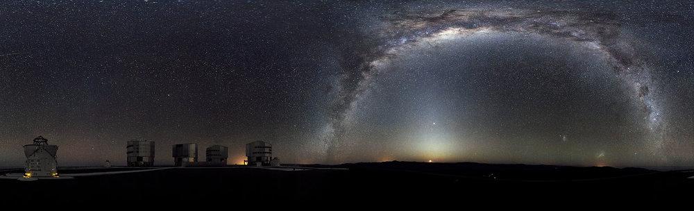 Vía Láctea vista desde la plataforma de Paranal, Chile, hogar del telescopio gigante del ESO. Imagen Wikipedia.