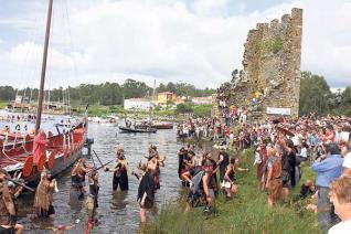 Las Torres de Oeste al fondo en medio de la fiesta vikinga de Catoira
