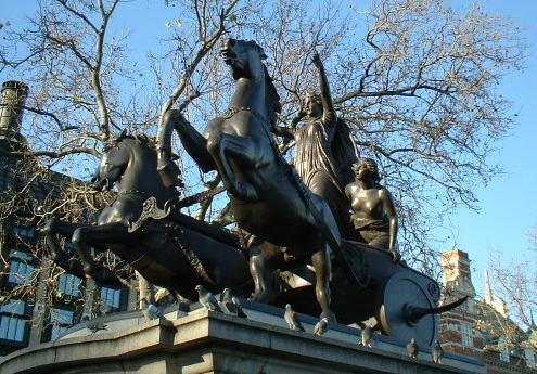 Estatua de Boudica en el Westminster Millennium Pier (la guadañas de las ruedas son propios de los persas, pero al artista le debieron de parecer muy chulas)