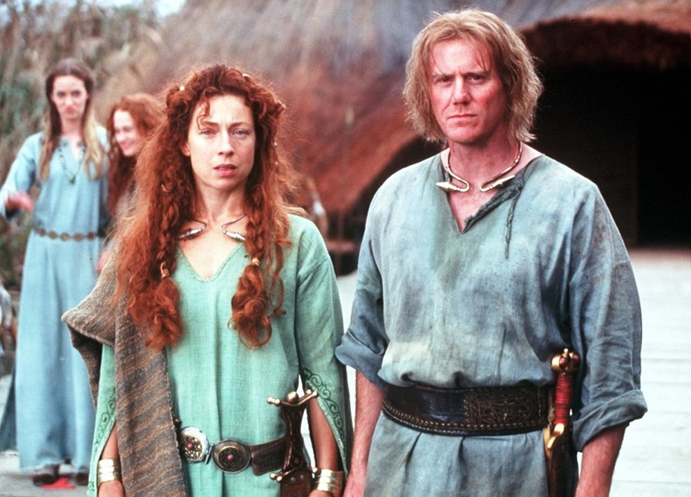Fotograma de la película Warrior Queen (2003), sí, la chica de atrás poniendo cara rara es Emily Blunt
