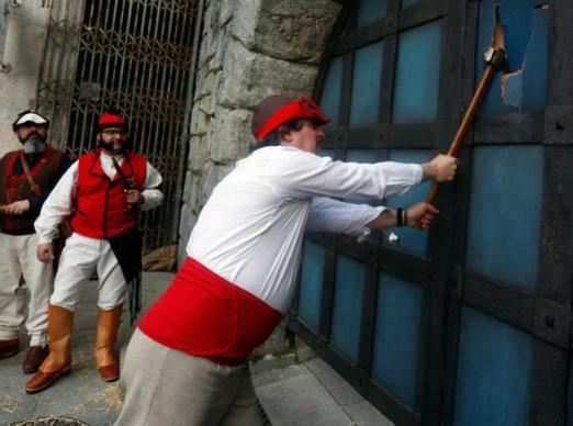 Representación de Carolo tirando a machetazos la puerta. Imagen del Faro de Vigo