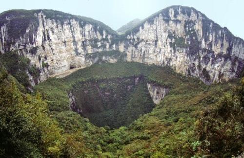 Un tiankeng desde el exterior