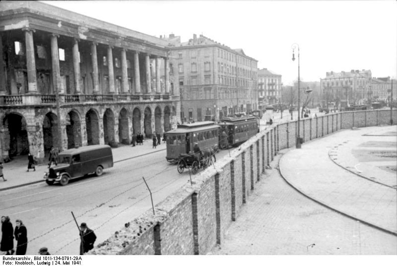 Imagen del muro del gueto de Varsovia antes de su total destrucción