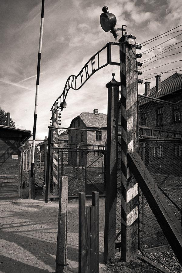 """Puerta de entrada del campo de exterminio de Auschwitz, con el lema """"El trabajo os hará libres"""""""