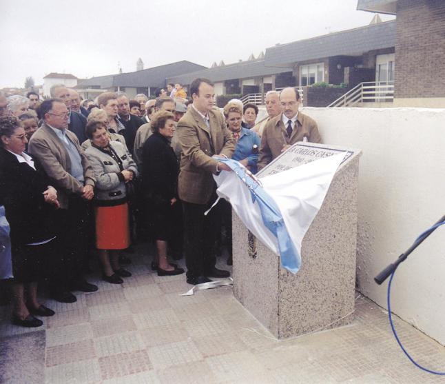 Inauguración dunha placa homenaxeando a Carlos Casares en Nigrán (os títulos das súas obras están polo paseo no chan)
