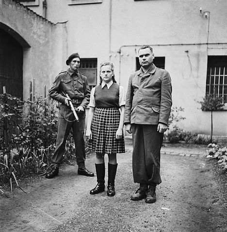 Irma Grese y  J osef Krammer, comandante del campo de concentración, cuando fueron capturados