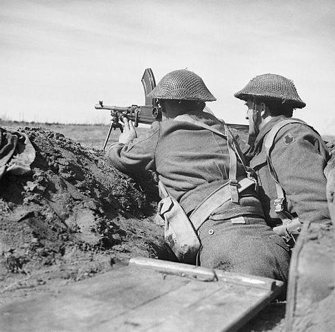 Soldados británicos con una ametralladora ligera