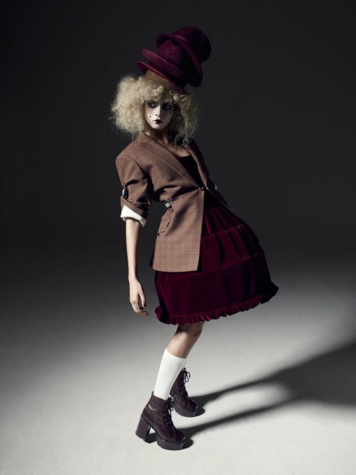 Cara Delevingne vestida con una mini-crini de Vivienne Westwood