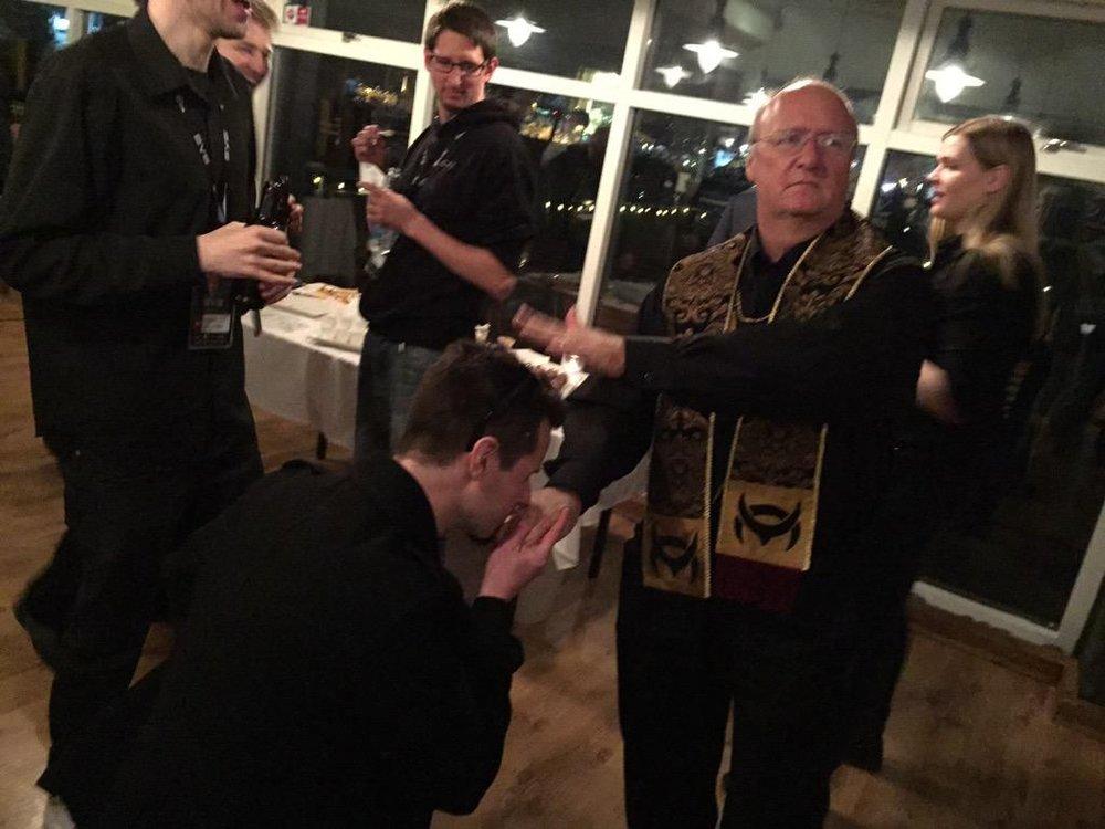 """""""The Mittani"""", líder del Imperium, besándo la mano del Papa Espacial Maximiliam Singularity VI. De verdad."""