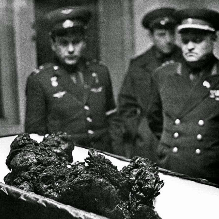 Los restos de Vladimir Komarov... sin palabras
