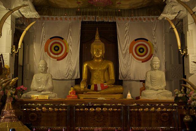 Estatua de Buda en el Templo del Diente