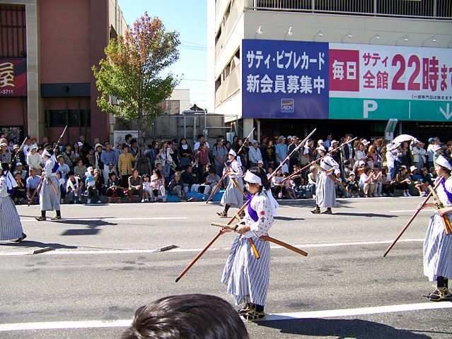 Representación de las mujeres samurais (con las naginatas)durante el Festival de Otoño de Aizu