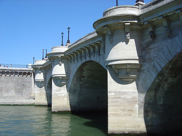 El Puente Nuevo con las caras de los nobles borrachos talladas